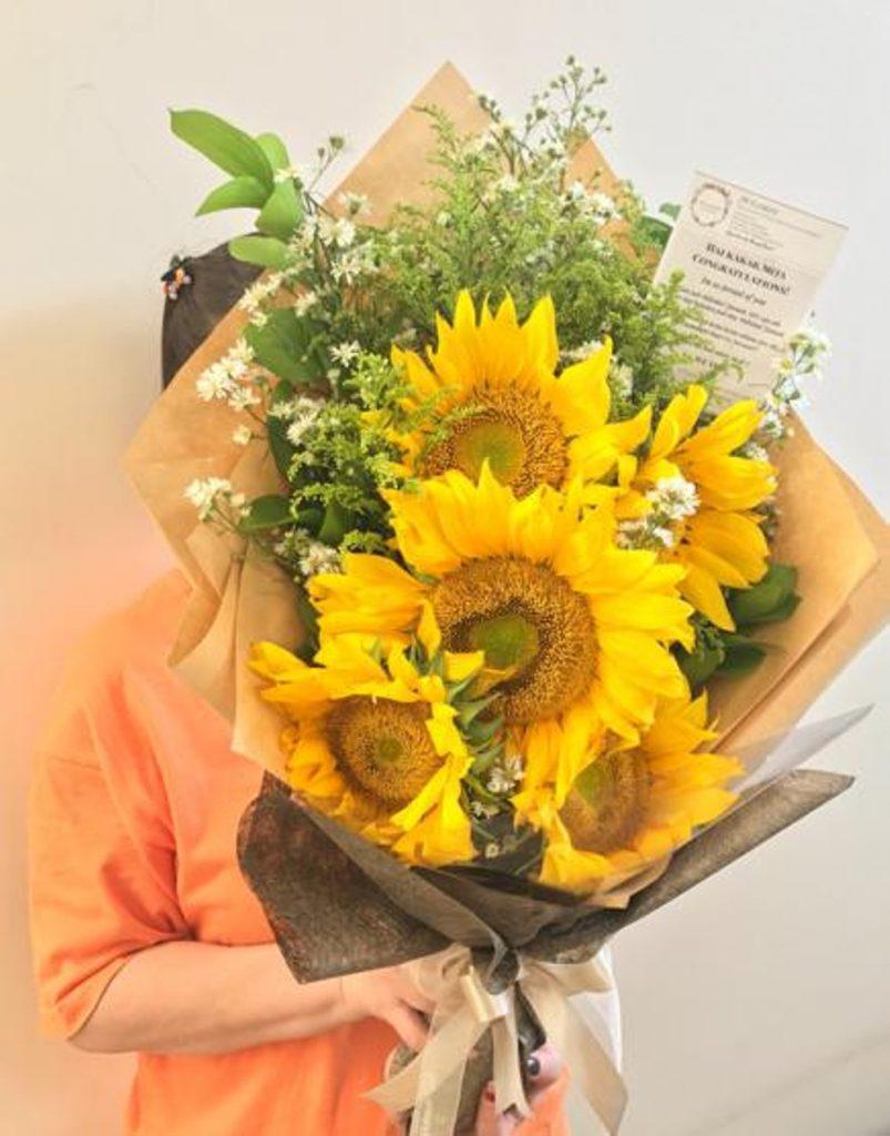hand bouquet bunga matahari kombinasi warna cream zaenflorist code zn 06