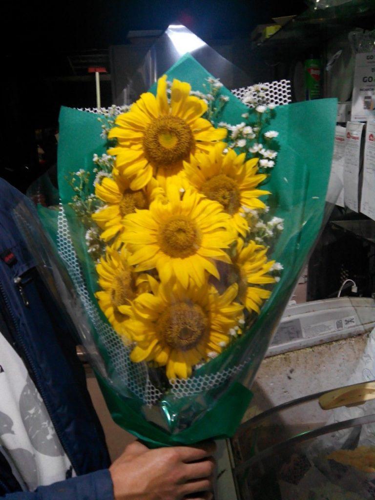 hand bouquet bunga matahari kombinasi warna hijau zaenflorist code zn 02