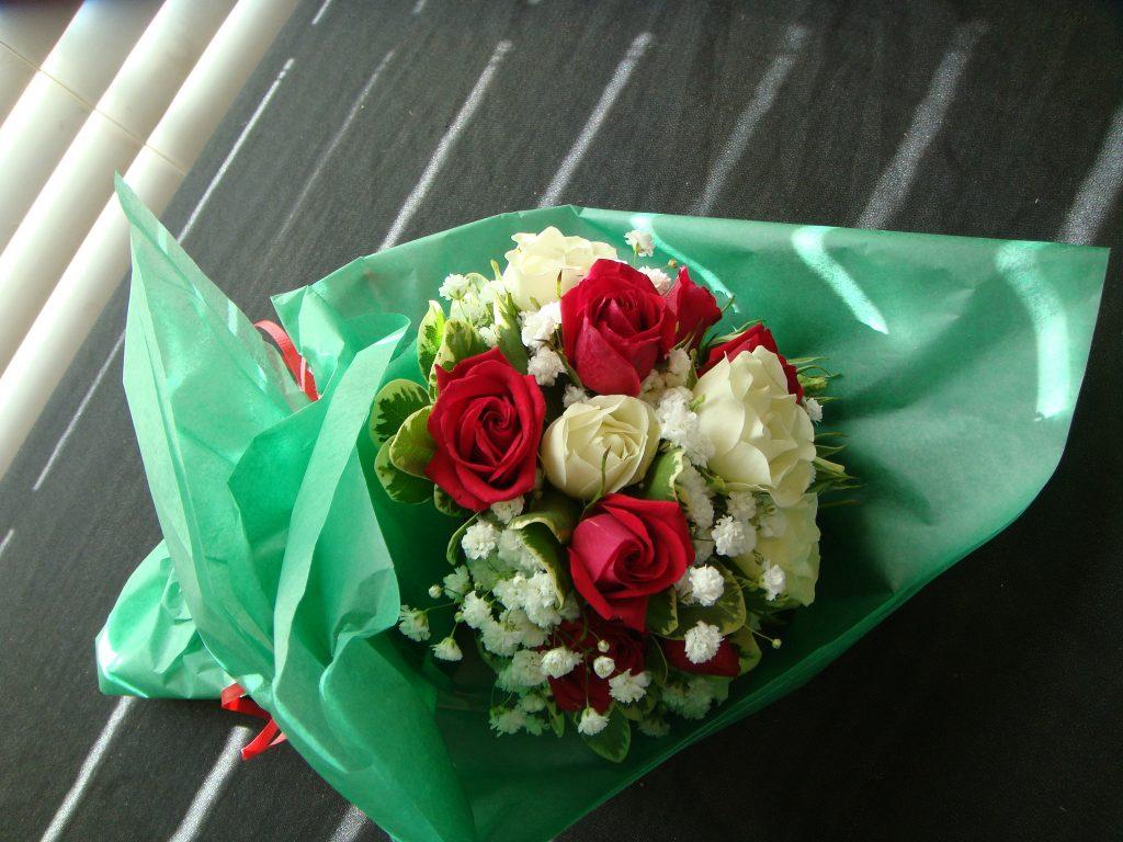 hand bouquet mawar merah kombinasi hijauzaenfloris code zn 02
