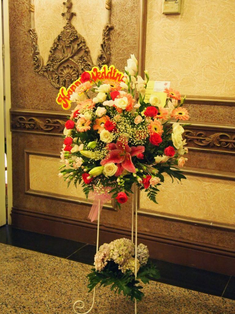 standing flower pernikahan dengan bunga warna warni zaenflorist code zn 01
