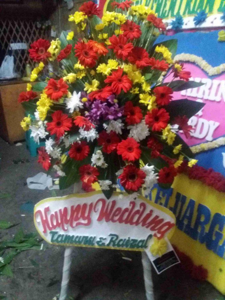 standing flower pernkahan merah kuning dan putih zaenflorist code zn 04
