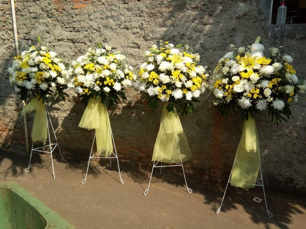 standing flowers pernikahan tema kuning petih zaen florist code zn 09