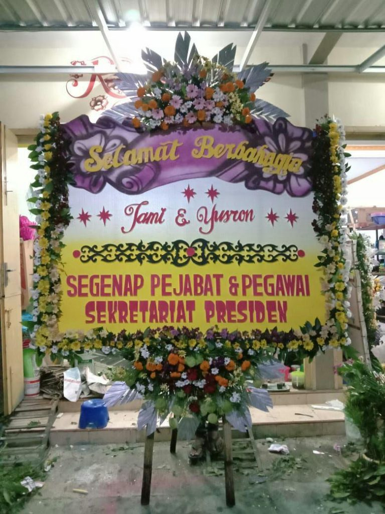 papan karangan bunga happy wedding tema ungu zaenflorist code zn 143